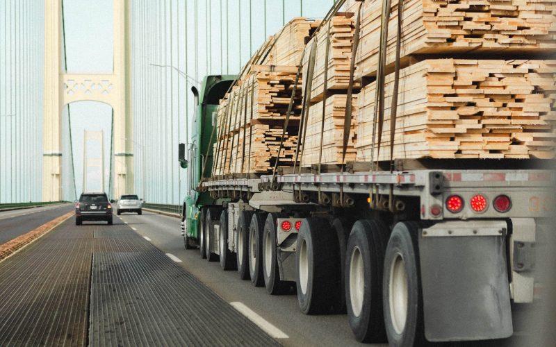 túlméretes szállítás, kamion fával